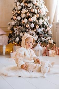 Criança perto da árvore de natal