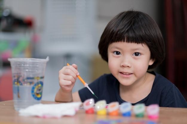 Criança pintar cor no papel, o conceito de educação