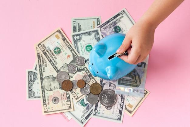 Criança, pôr, moeda, em, cofre, para, poupar, com, pilha moedas, ligado, tabela
