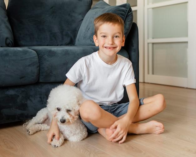 Criança posando com seu cachorro