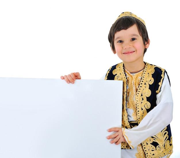 Criança positiva com bandeira branca