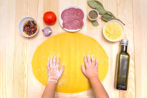 Criança prepara pizza passo a passo
