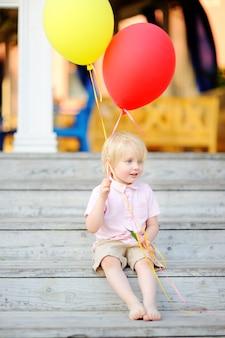 Criança pronta para felicitar um amigo em seu aniversário