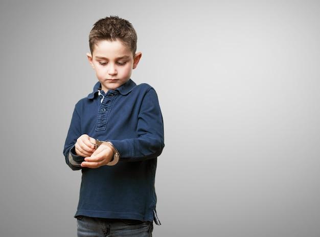 Criança que joga com algemas