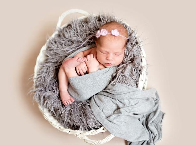 Criança recém-nascida na cama de ninho