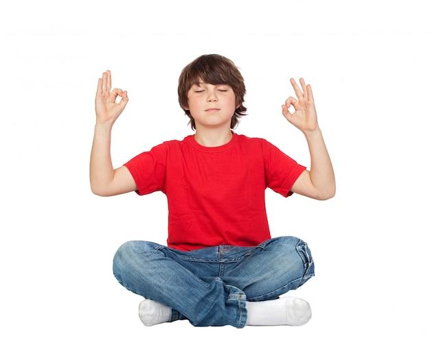 Criança relaxada praticando ioga em um fundo branco