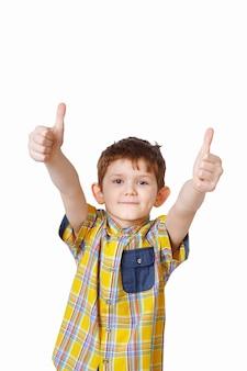 Criança rindo, mostrando os polegares.