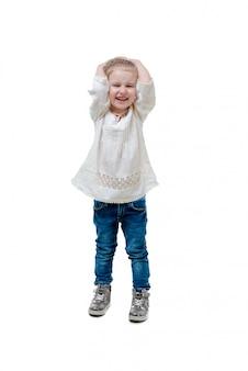 Criança rindo na camisola branca, isolada