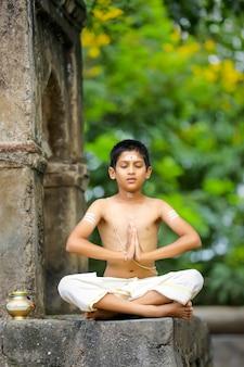 Criança sacerdote indiana meditando