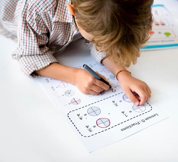 Criança se concentrando com o aprendizado da lição de casa de matemática