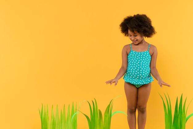 Criança se divertindo em um estúdio de configuração de verão