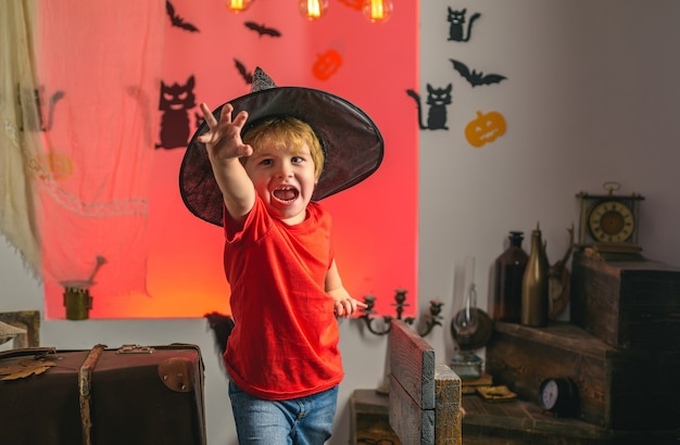 Criança se divertindo no halloween truque ou travessura crianças na américa comemoram o rosto de expressão de halloween ...