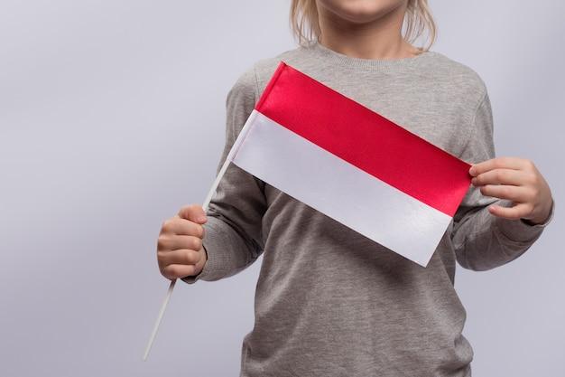 Criança segura a bandeira polonesa