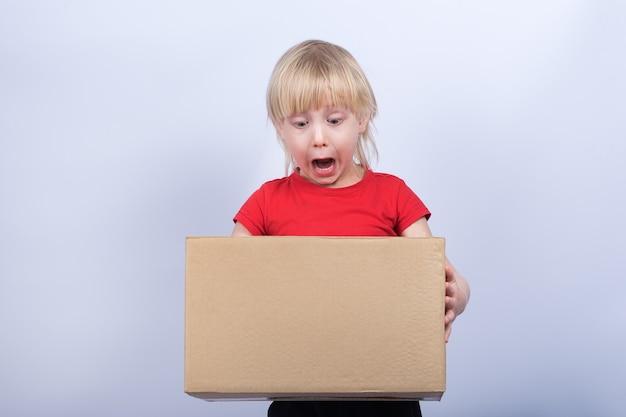 Criança segura na caixa grande de mãos