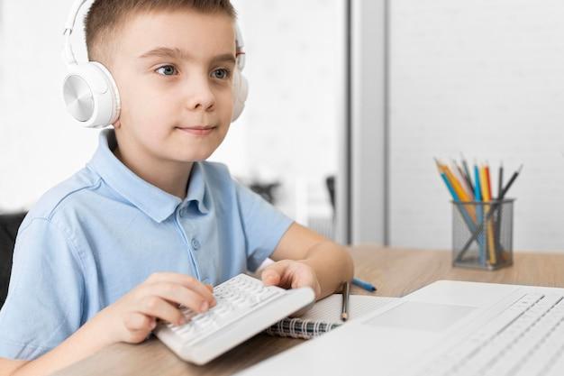 Criança segurando calculadora