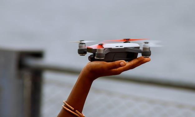 Criança, segurando, drone, ao ar livre, em, verão, dia