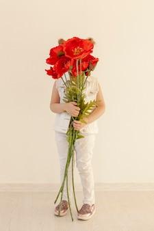 Criança segurando o buquê de flores