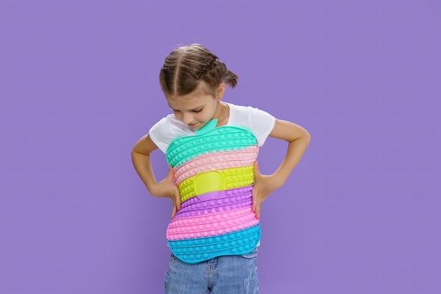 Criança segurando uma enorme maçã, habilidades motoras de bolha anti-estresse, pop divertido, criança segurando cor popit fidget