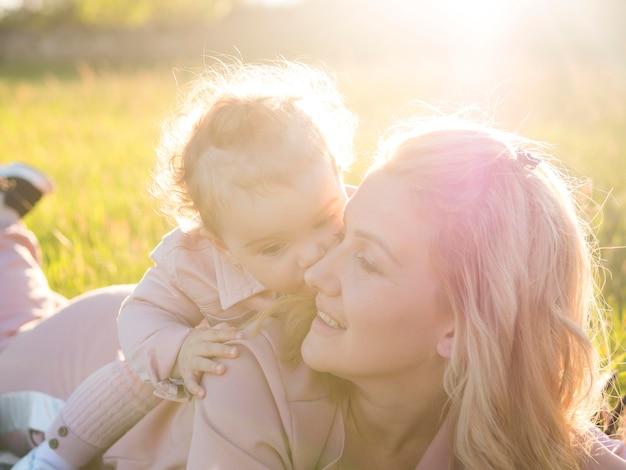 Criança sentada nas costas da mãe