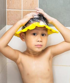 Criança shampooing no banheiro