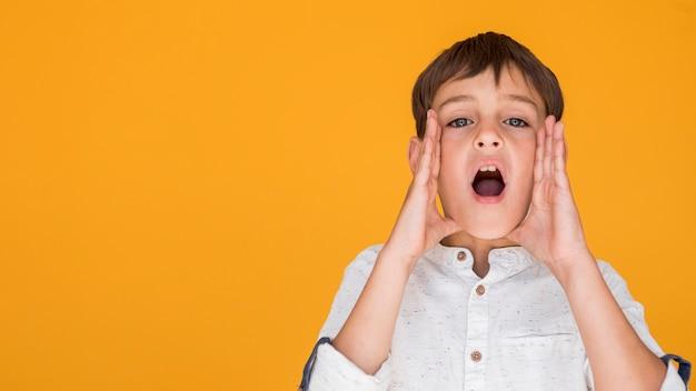 Criança, shouting, com, espaço cópia