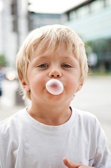 Criança, soprando, um, pastilha elástica