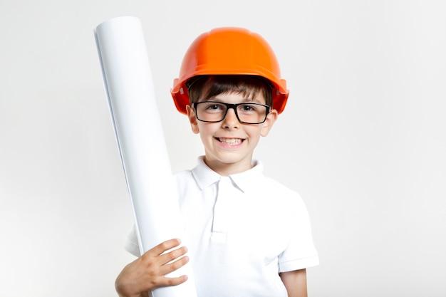 Criança sorridente com óculos e capacete