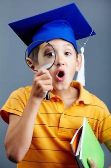 Criança surpreendida com sua investigação