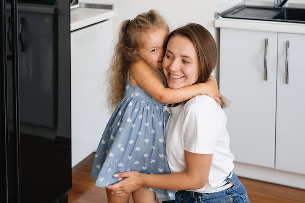 Criança sussurrando algo no ouvido da mãe contando um segredo