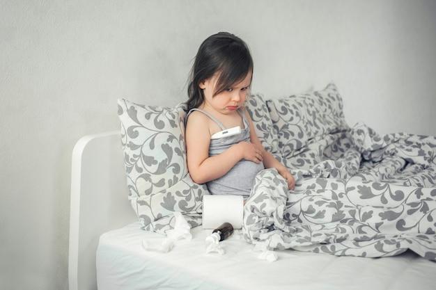 Criança tem um resfriado e fica na cama