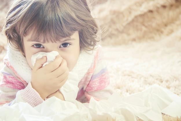 Criança tem um resfriado