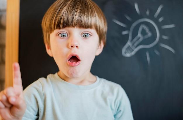 Criança tendo uma ideia