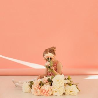 Criança tímida, segurando o espaço da cópia de flor