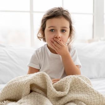 Criança tiro médio com cobertor