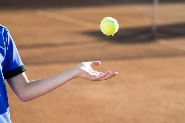 Criança, tocando, com, a, bola tênis