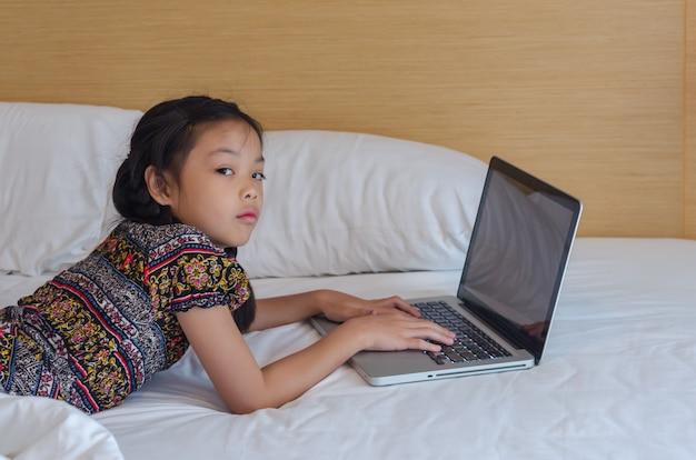 Criança, tocando, computador, laptop