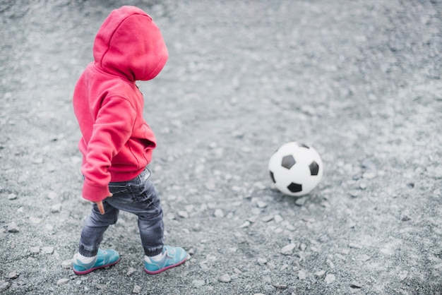 Criança, tocando, exterior, com, futebol