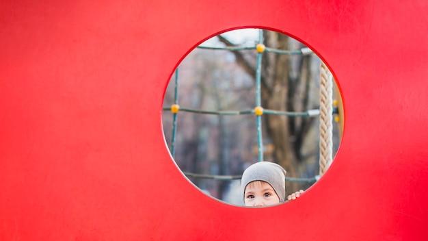 Criança, tocando, exterior, ligado, pátio recreio