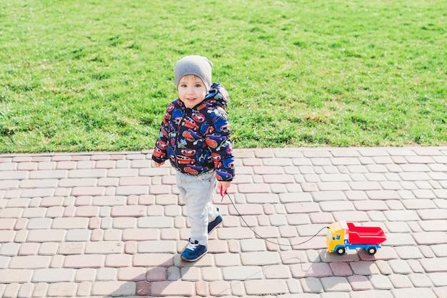Criança, tocando, exterior