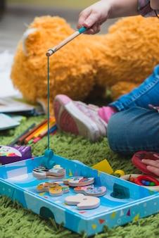 Criança, tocando, ligado, chão