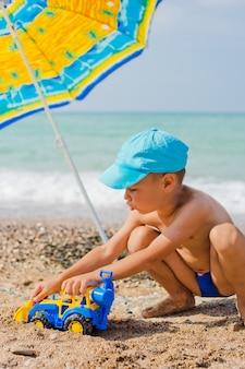 Criança, tocando, praia, areia