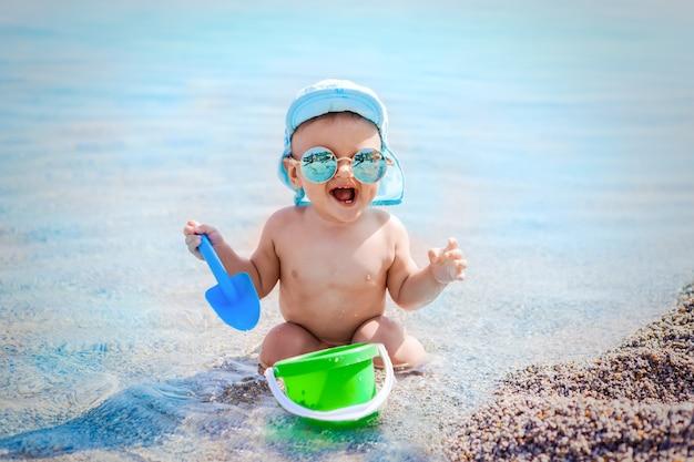 Criança, tocando, praia, mar