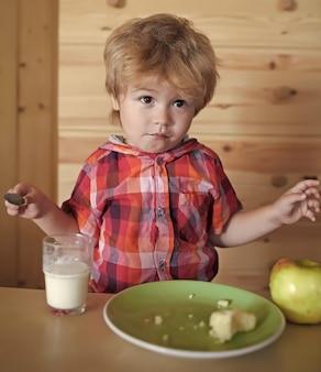 Criança tomando café da manhã, comida saudável para crianças.