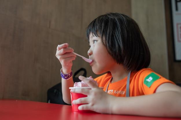 Criança tomando sorvete