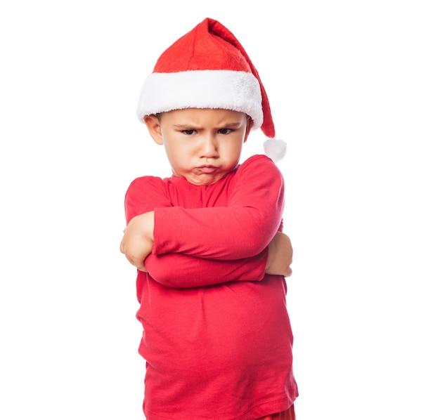 Criança triste com os braços cruzados