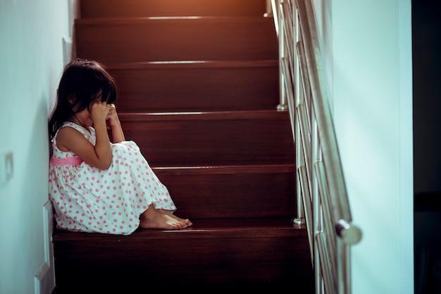 Criança triste deste pai e mãe discutindo, família negativo concept.vintage cor