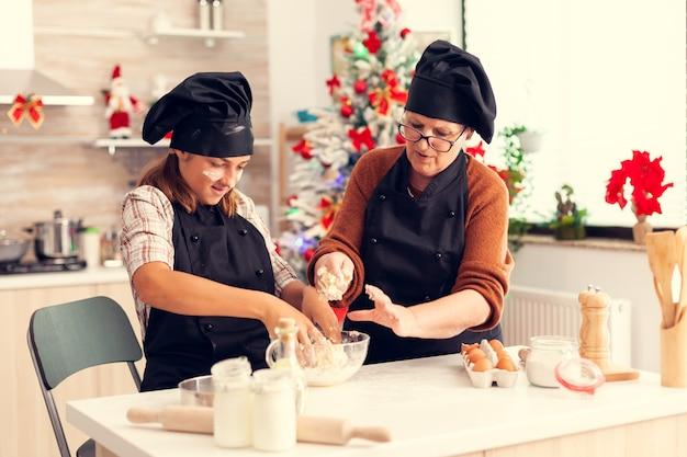 Criança usando avental misturando massa no dia de natal