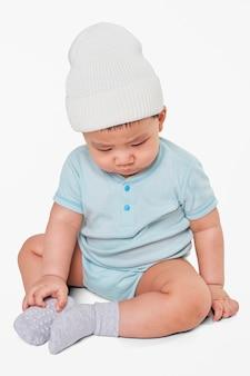 Criança usando chapéu de malha no estúdio