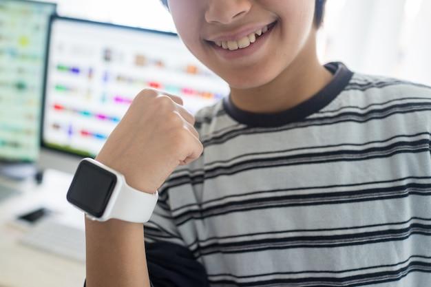 Criança, usando, esperto, relógio