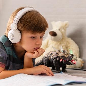 Criança usando fones de ouvido na escola online